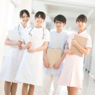 看護師と介護士の写真素材 [FYI02589904]