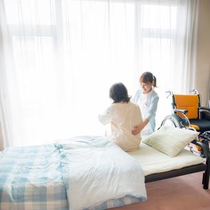 患者の手助けをする看護師(訪問医療)の写真素材 [FYI02589972]