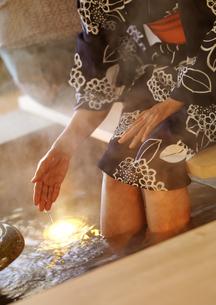 足湯を楽しむ女性の写真素材 [FYI02590423]