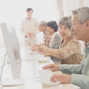 パソコン教室で講習を受けるシニアの写真素材 [FYI02590553]
