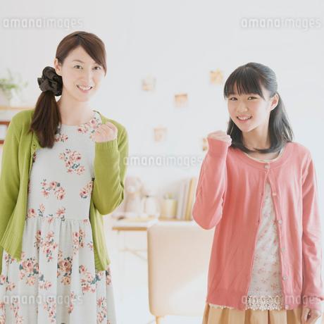 ガッツポーズをする親子の写真素材 [FYI02591346]
