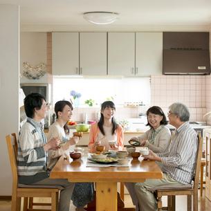 朝食を食べる3世代家族の写真素材 [FYI02591541]