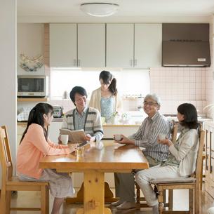 リビングで談笑をする3世代家族の写真素材 [FYI02591592]