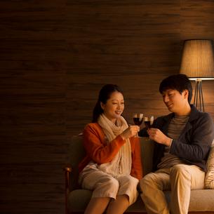 ワインで乾杯をするミドル夫婦の写真素材 [FYI02591616]
