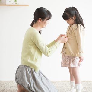 娘の着替えをする母親の写真素材 [FYI02591646]