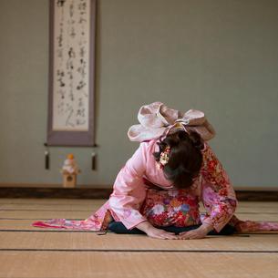お辞儀をする着物姿の女性の写真素材 [FYI02591704]
