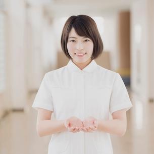 病院の廊下で微笑む看護師の写真素材 [FYI02591713]