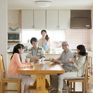 リビングで談笑をする3世代家族の写真素材 [FYI02591763]