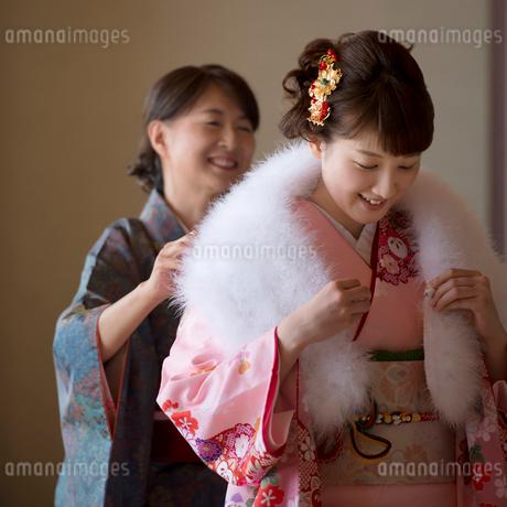 娘にショールを掛けてあげる母親の写真素材 [FYI02591927]