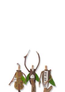 並んだ木の人形のオーケストラ クラフトの写真素材 [FYI02592183]