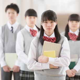 廊下で真剣な表情をする学生の写真素材 [FYI02592296]