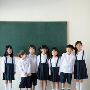 黒板の前に並ぶ小学生の写真素材 [FYI02592742]