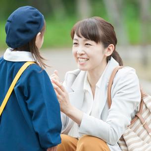 娘と向き合い話をする母親の写真素材 [FYI02592804]