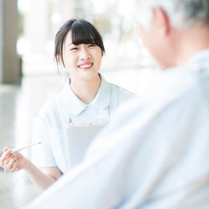 患者と話をする看護師の写真素材 [FYI02592991]