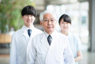 微笑む医者と看護師の写真素材 [FYI02593244]