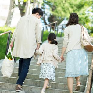 階段を上る家族の後姿の写真素材 [FYI02593451]