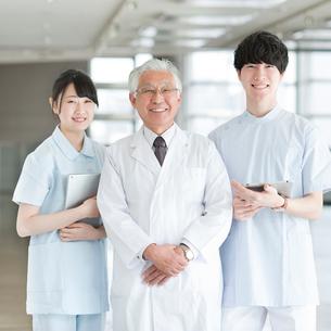 微笑む医者と看護師の写真素材 [FYI02593581]