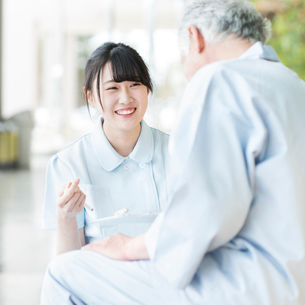 患者と話をする看護師の写真素材 [FYI02593740]