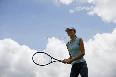 テニスをする日本人女性の写真素材 [FYI02593968]