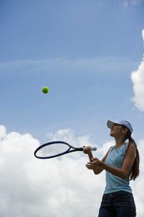 テニスをする日本人女性の写真素材 [FYI02594026]
