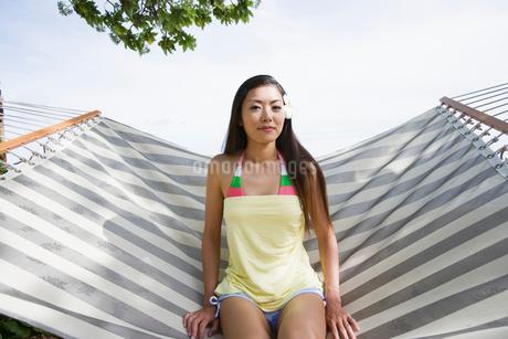 ハンモックに座る日本人女性の写真素材 [FYI02594096]