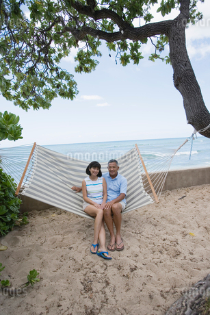 ハンモックに座るシニア夫婦の写真素材 [FYI02594166]