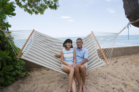 ハンモックに座るシニア夫婦の写真素材 [FYI02594384]