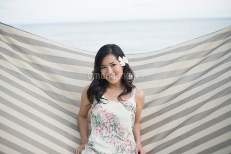 ハンモックに座る日本人女性の写真素材 [FYI02594387]