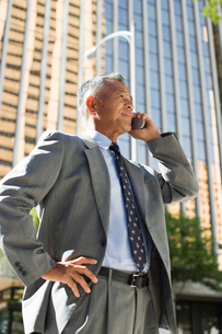 携帯電話で話す日本人ビジネスマンの写真素材 [FYI02594515]