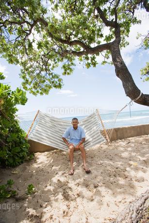 ハンモックに座るシニア男性の写真素材 [FYI02594926]
