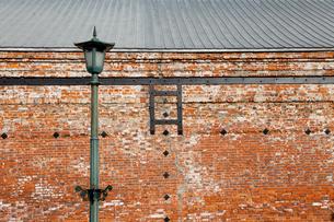 赤レンガ倉庫と街灯 函館の写真素材 [FYI02595166]