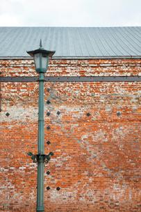赤レンガ倉庫と街灯 函館の写真素材 [FYI02595173]