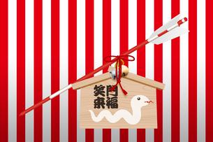 ヘビが描かれた絵馬と矢 イラストのイラスト素材 [FYI02595519]
