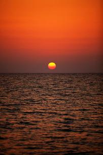 夕日と海 沖縄県の写真素材 [FYI02595607]