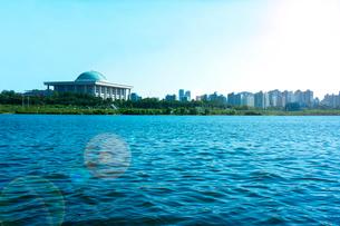 国会議事堂と漢江 ソウルの写真素材 [FYI02596163]