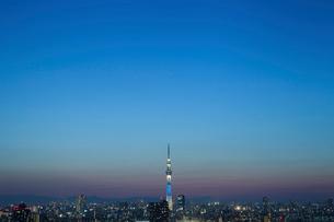 夕暮れの空と東京スカイツリーの写真素材 [FYI02596521]