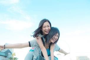 楽しそうに笑う女性2人の写真素材 [FYI02596652]