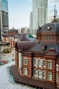 東京駅丸の内駅舎と高層ビルの写真素材 [FYI02596929]