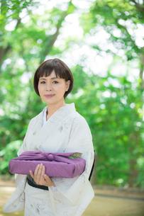 風呂敷包みを持つ着物姿のシニア女性の写真素材 [FYI02597091]