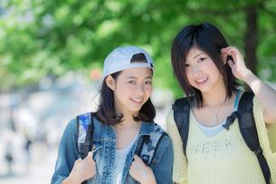 笑顔の女性2人のポートレートの写真素材 [FYI02597255]