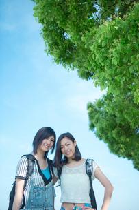 笑顔の女性2人のポートレートの写真素材 [FYI02597304]