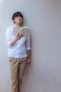 本を読む男性の写真素材 [FYI02597332]