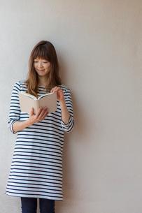 本を読む女性の写真素材 [FYI02597342]