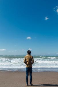 砂浜に立つ男性の後姿の写真素材 [FYI02597349]