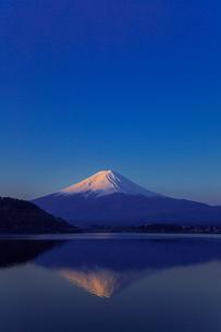 早朝の河口湖と富士山の写真素材 [FYI02597353]