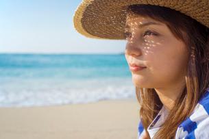 麦わら帽子をかぶった女性の横顔の写真素材 [FYI02597356]