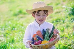 ざるに入った野菜を持つ女の子の写真素材 [FYI02597374]