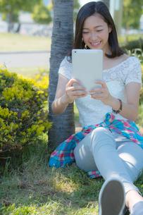 タブレットPCを見る女性の写真素材 [FYI02597376]