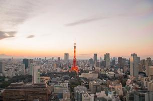 貿易センタービルより望む東京の夕景の写真素材 [FYI02597382]