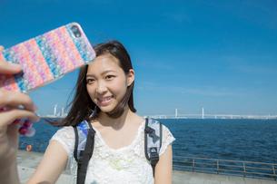 スマートフォンで写真を撮る女性の写真素材 [FYI02597503]